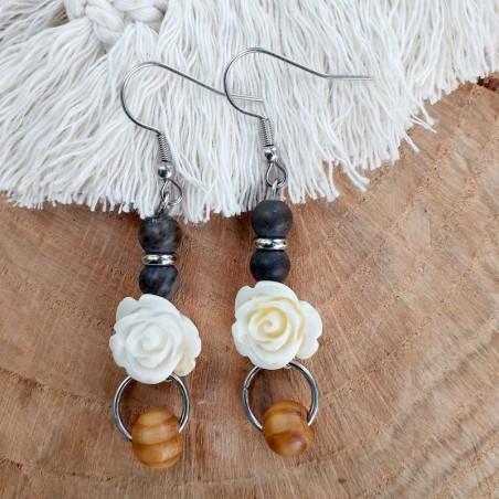 Boucles d'oreilles bois pétrifié, rose blanche et perle de bois
