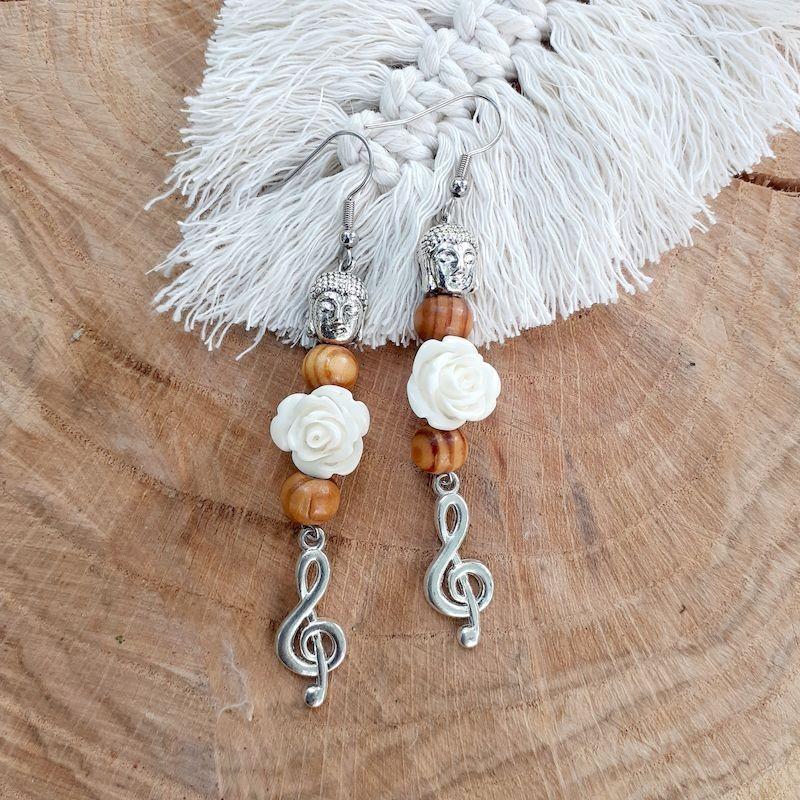 Boucles d'oreilles burlywood et rose blanche, Clef de Sol